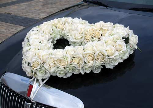 wedding car heart shaped wreath bouquet